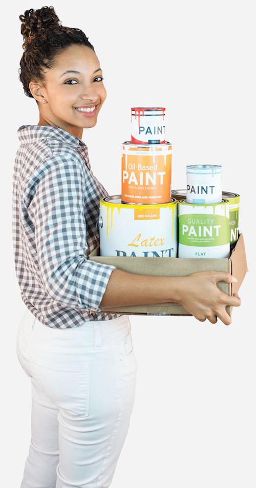 mujer con latas de pintura