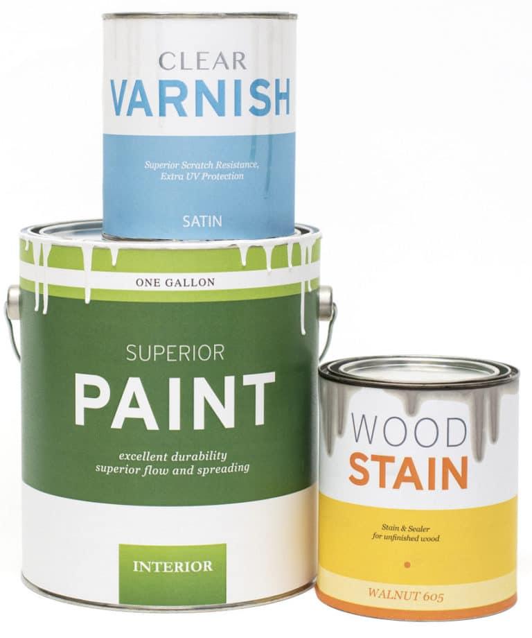 Tres latas, incluyendo, una lata de pintura, una lata de barniz y una lata de tinta para madera