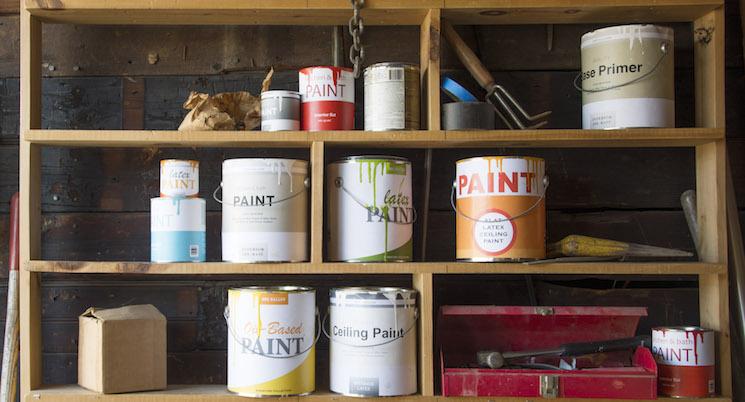 pintar las latas en un garaje