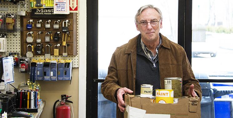 un hombre con una caja de pintura